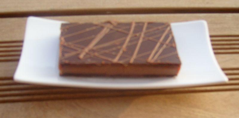 Caramel praliné montée de sa ganache earl grey aux fleurs bleues surmontés d'un glacage au chocolat.