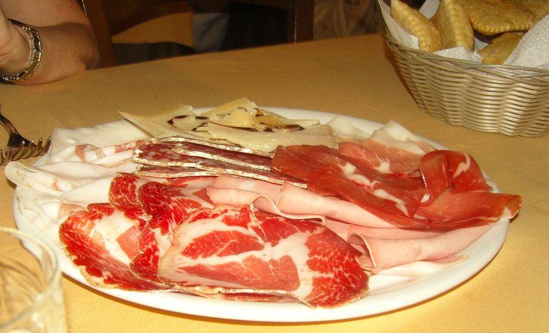 Hosteria Il Castelletto assiette de charcuterie et gnoccho
