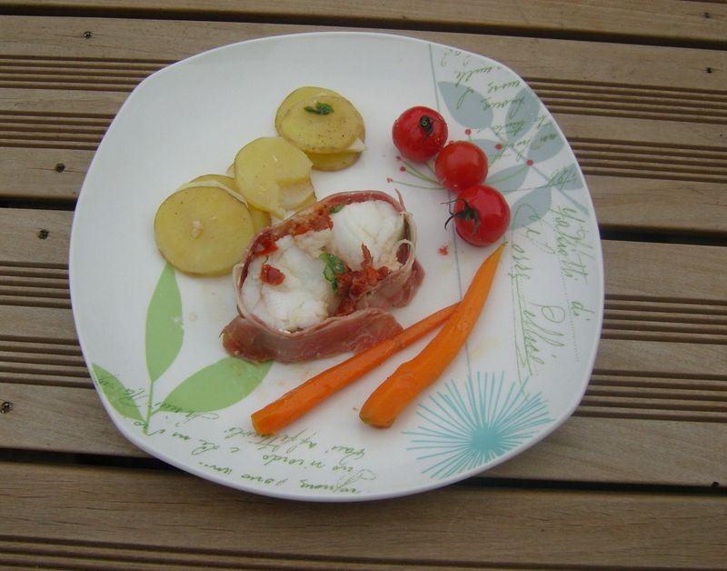 Roti de Lotte au speck, basilic et tomates entouré de ses légumes