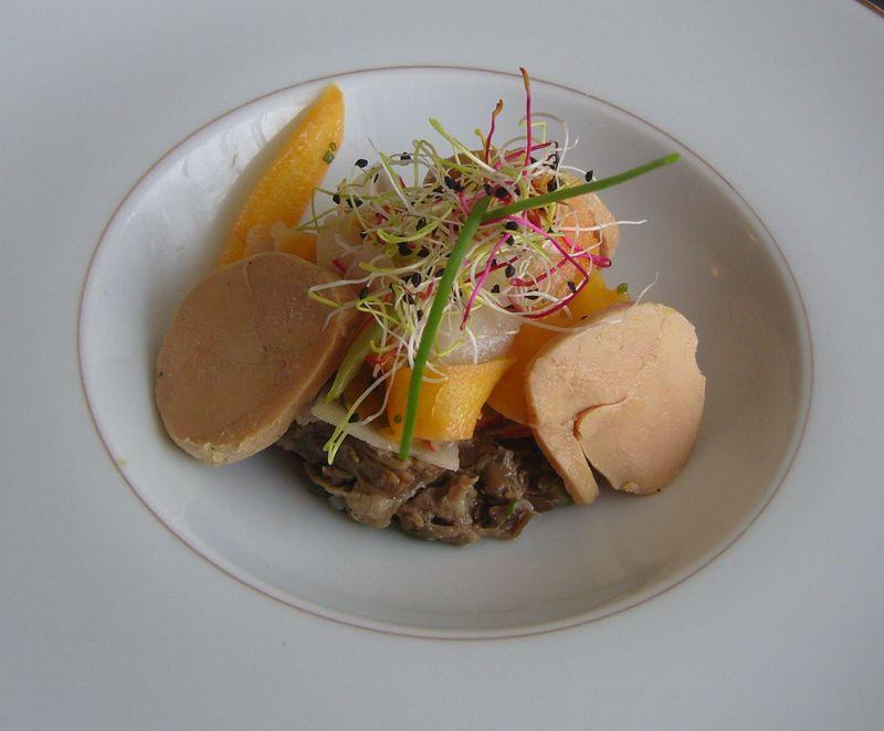 L'Epicurien -Effiloché de queue de boeuf en chemise de foie gras et légumes racines à l'huile de noix, servi avec son consommé glacé